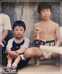 炎鵬,子供の頃、兄